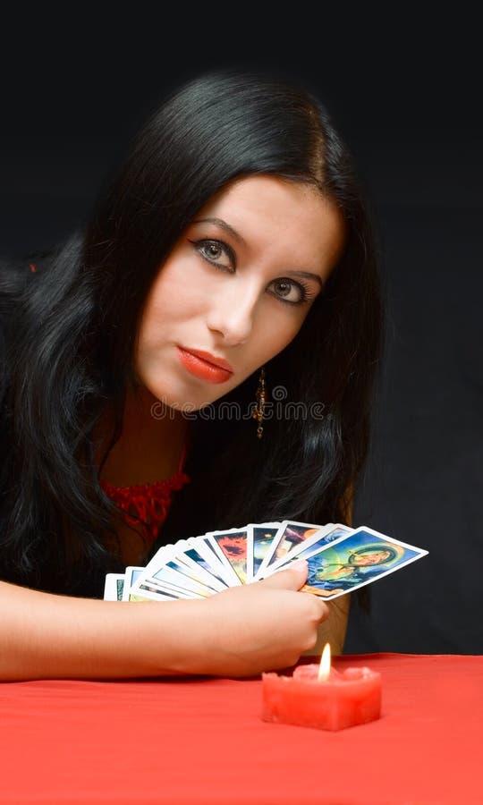 Portraitmädchen mit Karten lizenzfreie stockfotografie