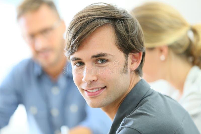 Portraot av den lyckliga studenten i grupp royaltyfria bilder