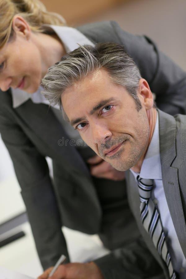 Portraot av den stiliga affärsmannen arkivfoto