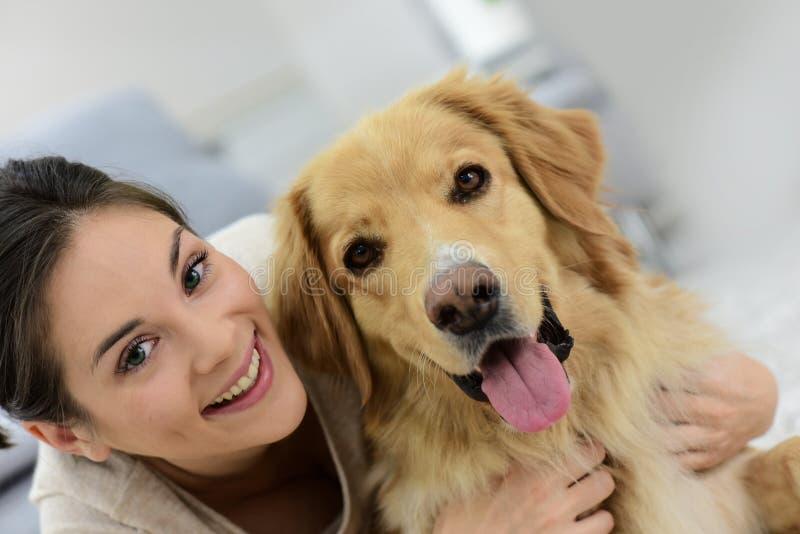 Portraot av en hund- och kvinnakel arkivfoton