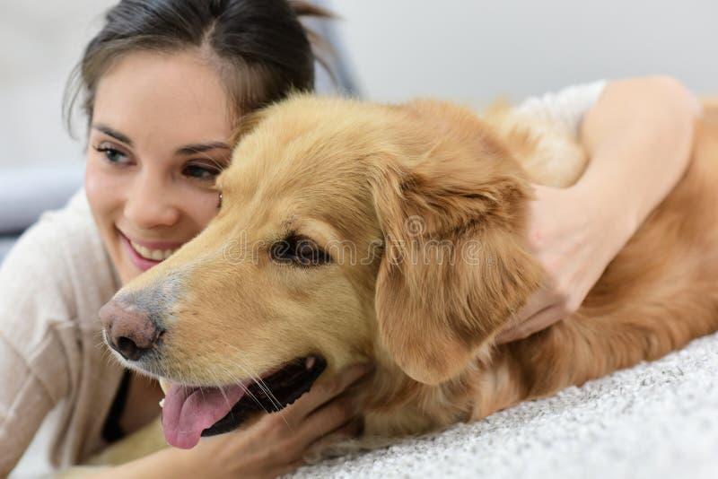 Portraot av kvinnan som rymmer hennes hund royaltyfria foton