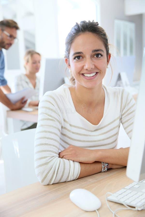 Portraot av studentflickan som ler delta i grupp royaltyfri fotografi