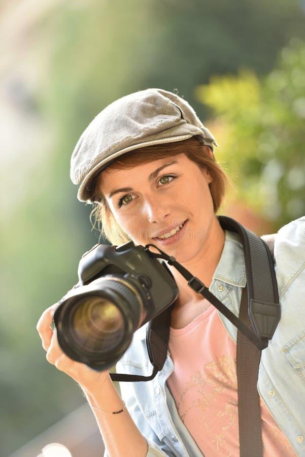 Portraot del riflesso della tenuta del fotografo della donna fotografia stock libera da diritti
