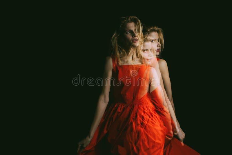 Portrat de woamn habillé par rouge Exposition triple métaphore émotive créative originale conceptuelle de photo photographie stock libre de droits