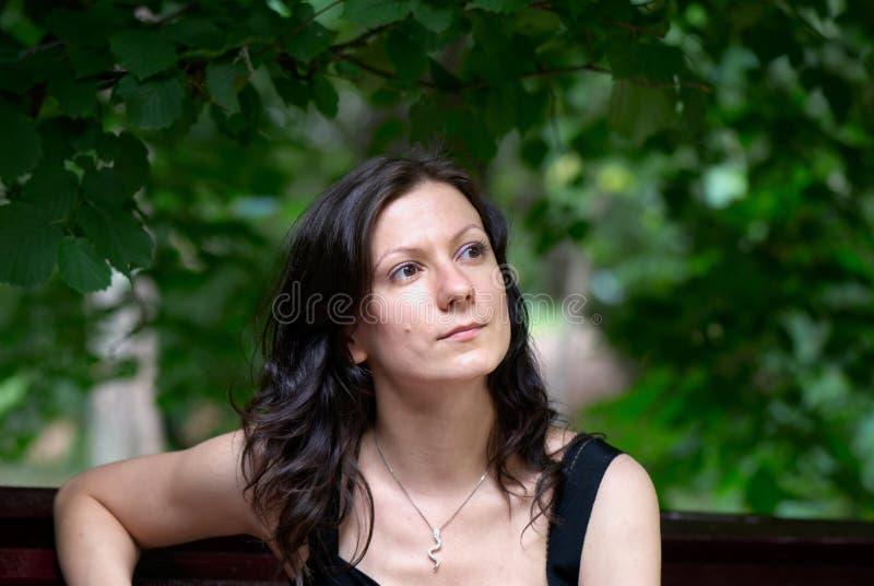 Portrat der jungen Frau unter Bäumen lizenzfreie stockfotos