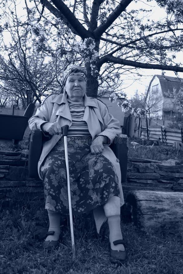 Portrat noir et blanc du femme de vieillesse photo libre de droits