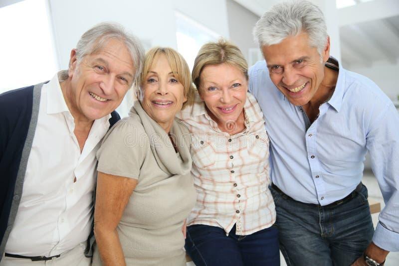 Portrat van groep vrolijke elegante hogere vrienden stock afbeelding