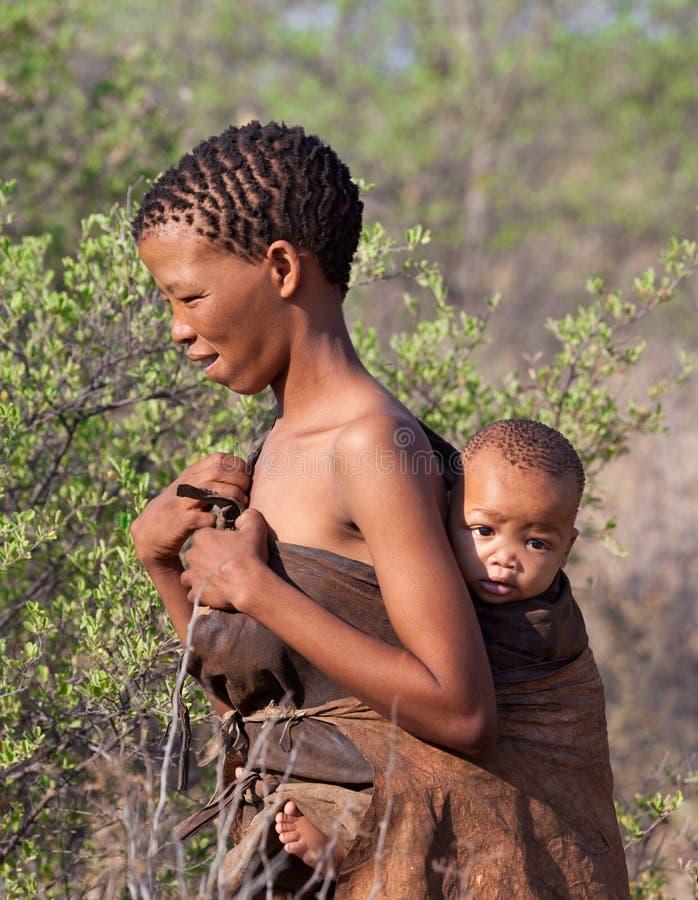 Portrate der Buschmannfrau mit Kind in Botswana lizenzfreies stockbild