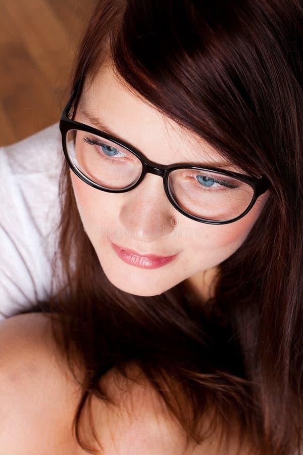 Portrate di giovane donna di bellezza in occhiali fotografia stock libera da diritti