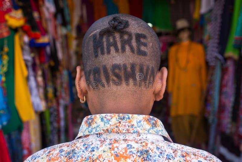 Portrati d'un homme indien non identifié avec une coupe de cheveux de ` de Krishna de lièvres de ` photos stock
