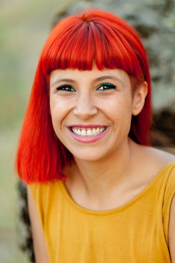 Portratif de la femme d'une chevelure rouge décontractée en parc photo stock