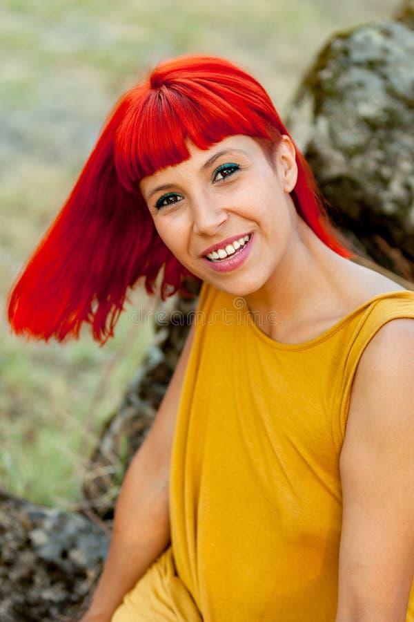 Portratif de la femme d'une chevelure rouge décontractée en parc photo libre de droits