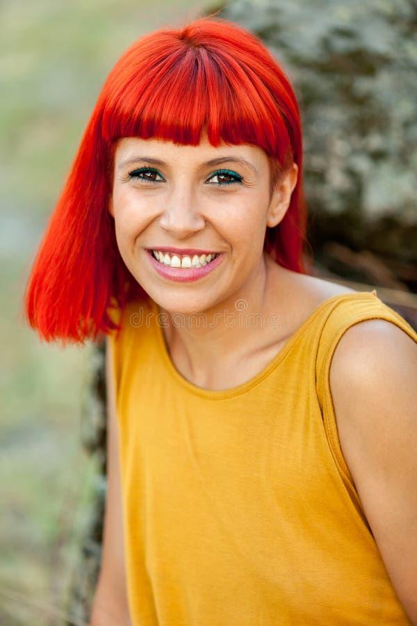 Portratif de la femme d'une chevelure rouge décontractée en parc images libres de droits