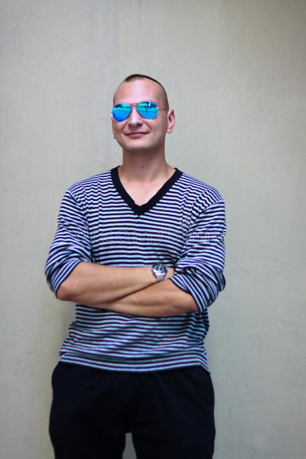 Portratit dell'uomo bello in maglione spogliato immagine stock libera da diritti