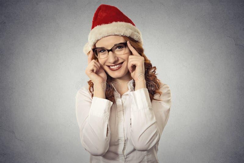 Portretów bożych narodzeń piękna młoda dziewczyna jest ubranym Santa Claus z szkłami odziewa zdjęcia royalty free