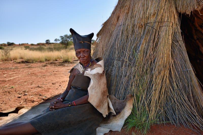 Portretów buszmenów stara kobieta, Namibia zdjęcie stock