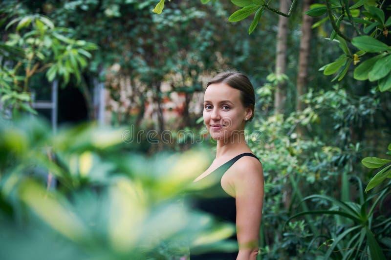 Portret śliczna młoda kobieta w dżungli słoneczny dzień zdjęcia stock