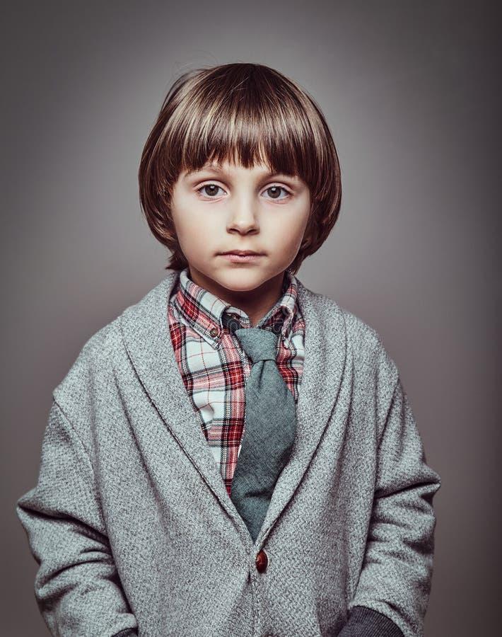 Portret śliczny Kaukaski ucznia być ubranym elegancki odziewa chwyt ręki w kieszeniach zdjęcie royalty free