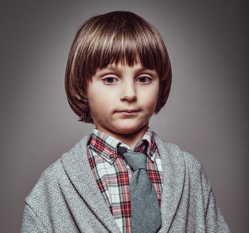 Portret śliczny Kaukaski ucznia być ubranym elegancki odziewa chwyt ręki w kieszeniach zdjęcia stock