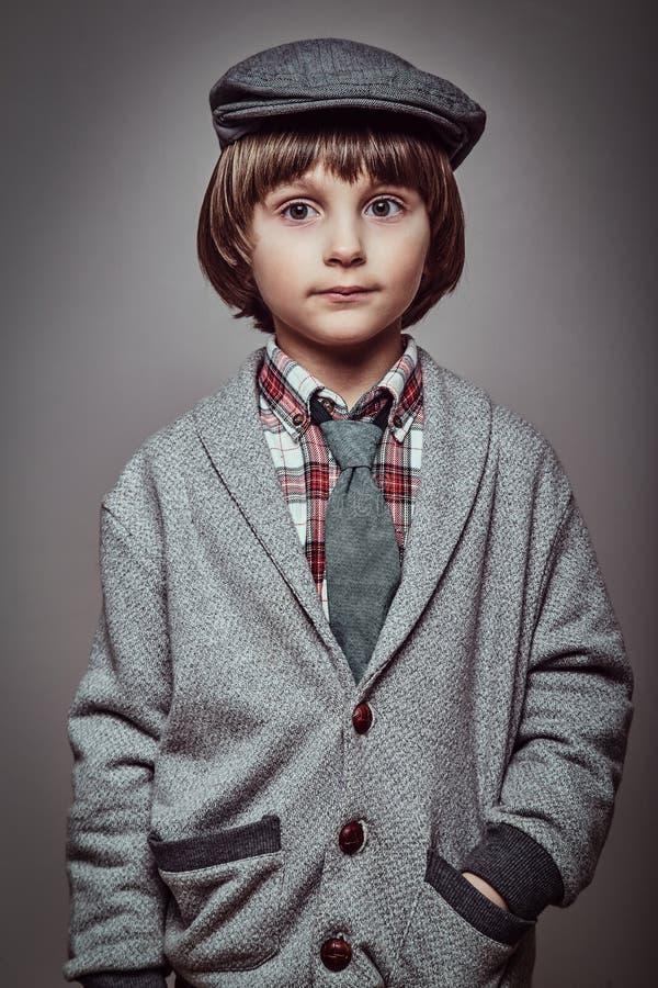 Portret śliczny Kaukaski ucznia być ubranym elegancki odziewa chwyt ręki w kieszeniach fotografia stock