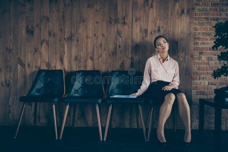 Portret ładna atrakcyjna elegancka elegancka zanudzająca zmęczona dama kwalifikował specjalisty obsiadanie na krzesła czekania sp zdjęcie royalty free