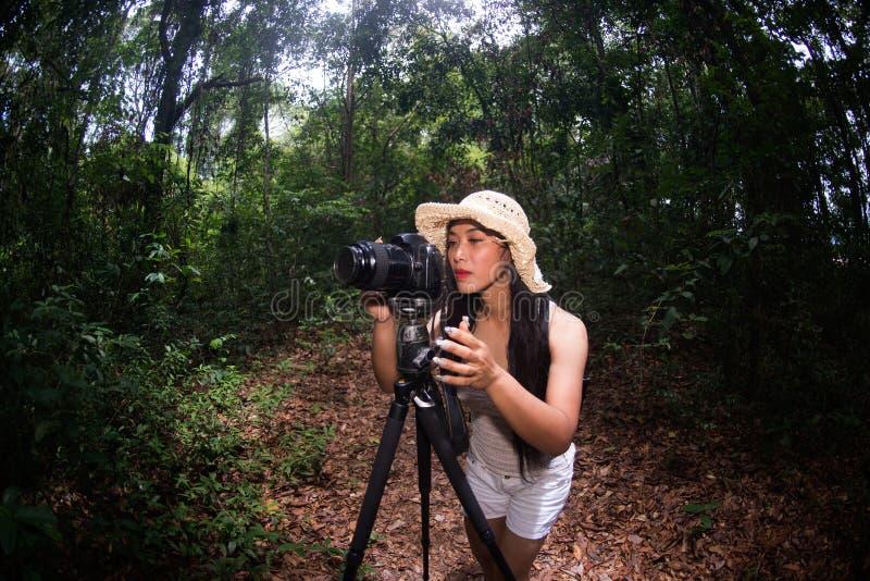 Portret ładna Azjatycka kobieta bierze fotografię na szczęściu w lesie obraz stock