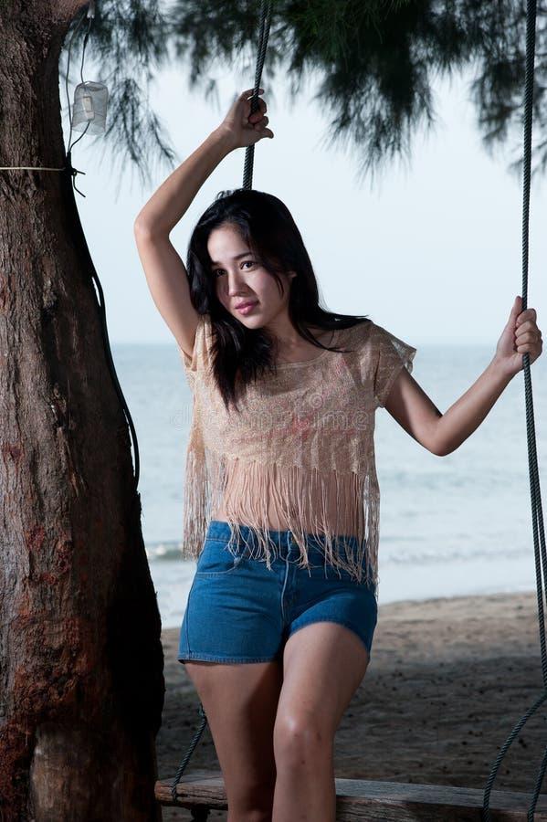 Portret ładna Azjatycka kobiety pozycja na huśtawce. obrazy stock