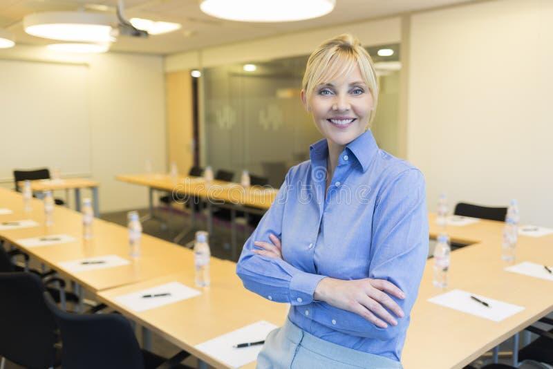 Portret ładna biznesowa kobieta w pokoju konferencyjnym zdjęcia stock