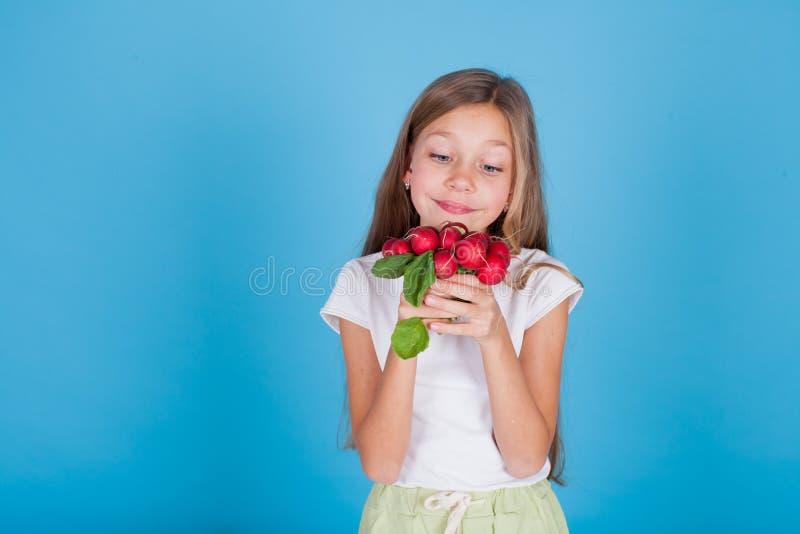 Portret ładna dziewczyna z świeżych warzyw czerwonymi rzodkwiami zdjęcie stock