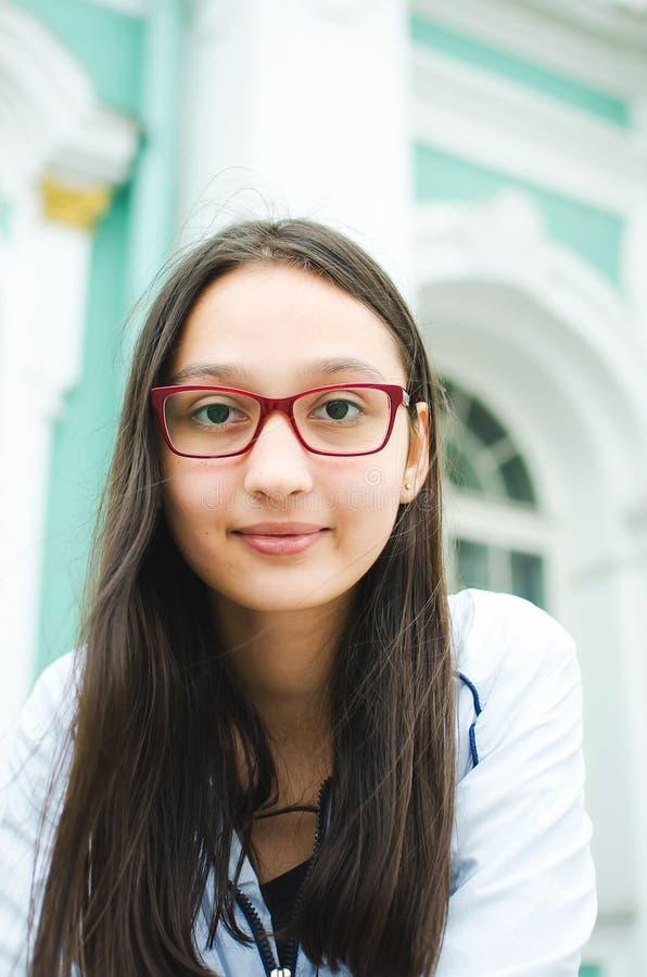 Portret ładna dziewczyna z długie włosy w szkłach zdjęcia royalty free
