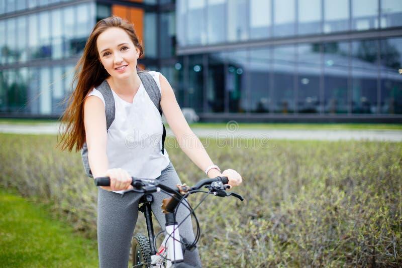 Portret ładna kobieta na bicyklu fotografia royalty free