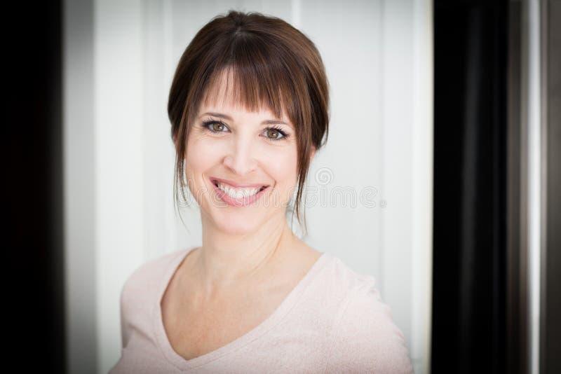 Portret Ładna kobieta ono Uśmiecha się, Patrzeje kamerę, Odizolowywającą Na bielu zdjęcie royalty free