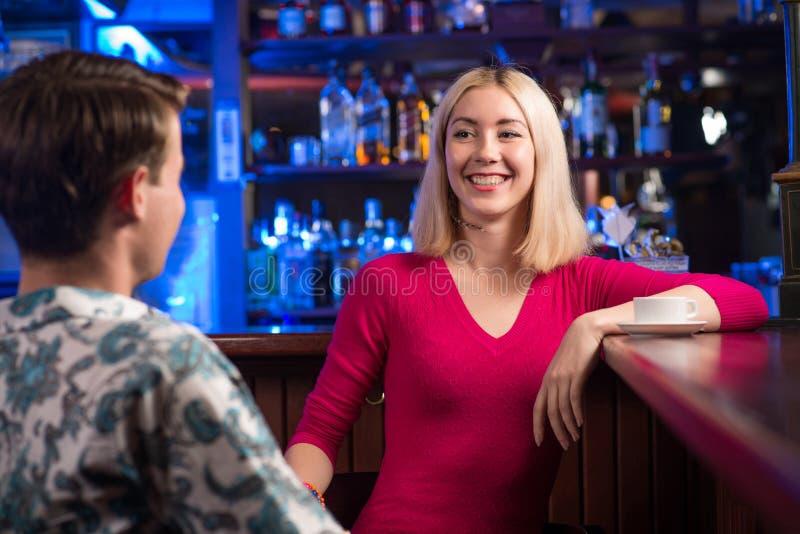 Portret ładna kobieta przy barem obraz stock