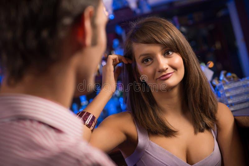 Portret ładna kobieta przy barem fotografia stock