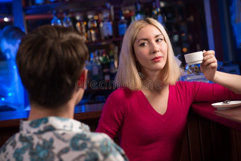 Portret ładna kobieta przy barem zdjęcia stock