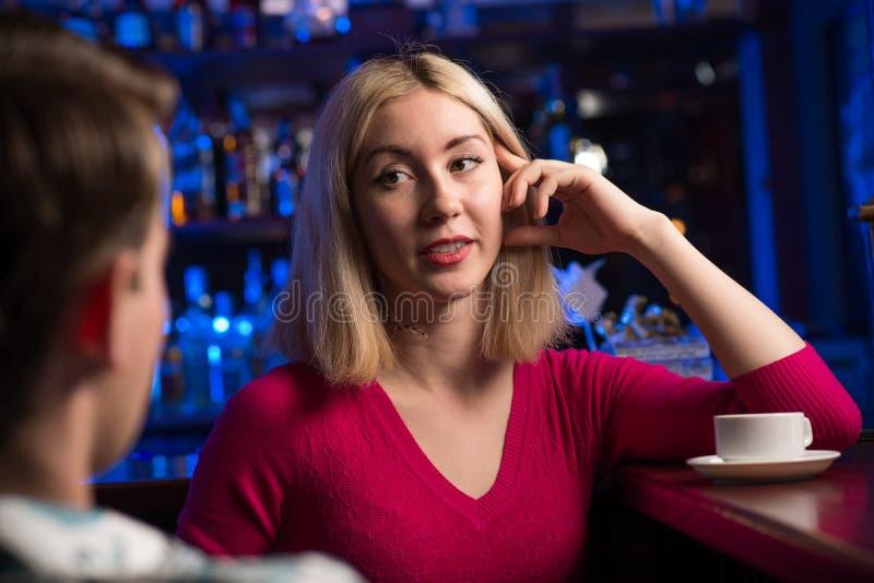Portret ładna kobieta przy barem fotografia royalty free