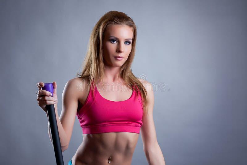 Portret ładna młoda atleta z fitbar zdjęcia royalty free