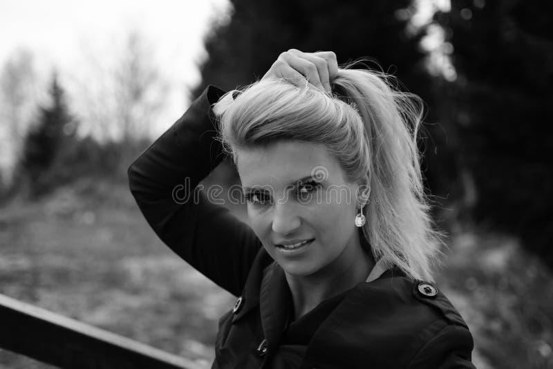 Portret Ładna młoda blondynka patrzeje seksowny w garniturze obraz royalty free