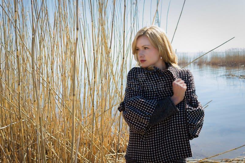 Portret ładna młoda kobieta chodzi outdoors blisko jeziora z płochą fotografia royalty free