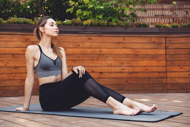 Portret ładna młoda sprawności fizycznej dziewczyna trzyma odpoczywać obrazy stock