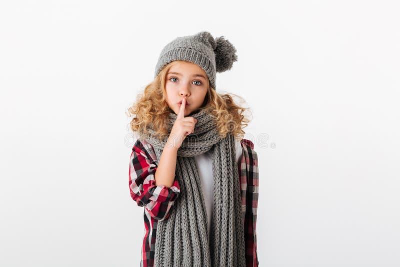 Portret ładna mała dziewczynka ubierał w zima kapeluszu zdjęcie stock