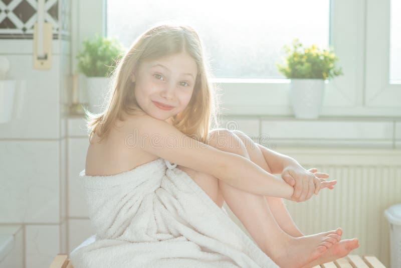 Portret ładna małe dziecko dziewczyna z białym ręcznikiem po przedstawienia zdjęcie stock