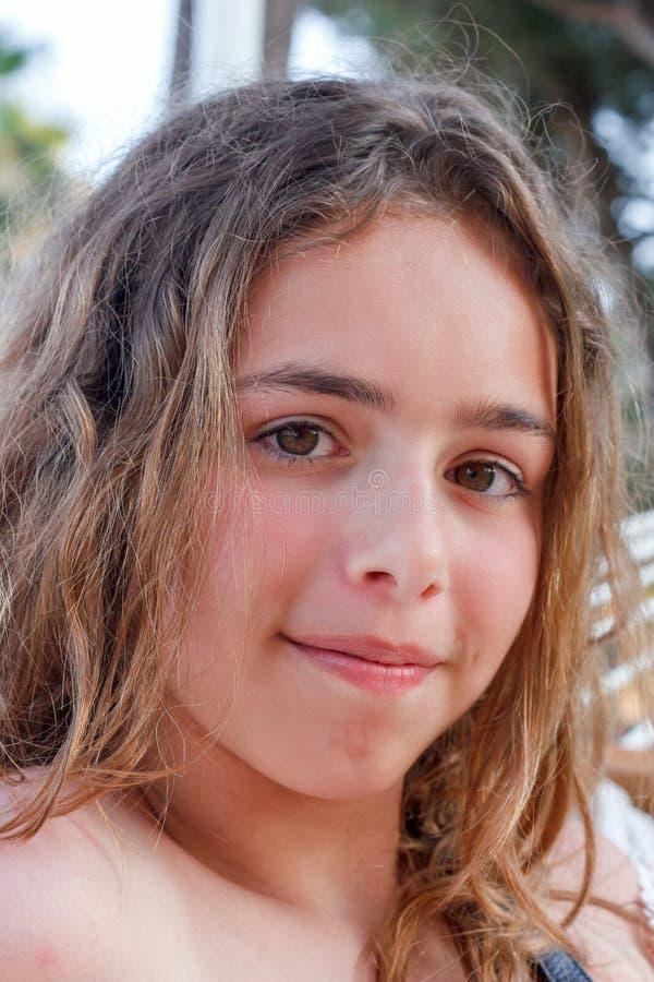 Portret ładna nastolatek dziewczyna z długim kędzierzawym włosy zdjęcia royalty free