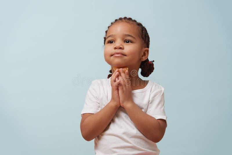 Portret ładna oliwkowa mała dziewczynka ubierał dla sporta Mlecznoniebieski tło zdjęcie stock