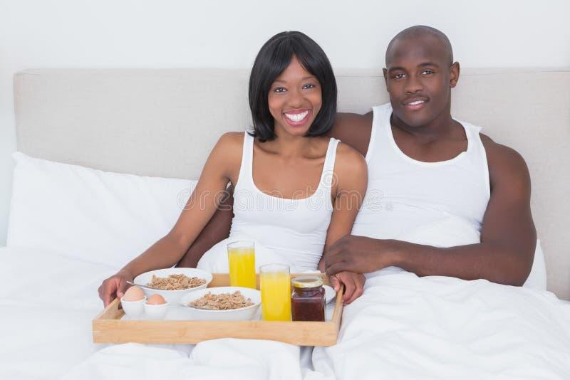 Portret ładna para bierze śniadanie w łóżku wpólnie fotografia stock