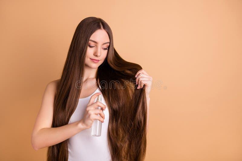Portret ładna powabna urocza młodość leczenie doskonalić ostrzyżenie fryzury spojrzenia próby odzieży wierzchołka singlet obraz royalty free