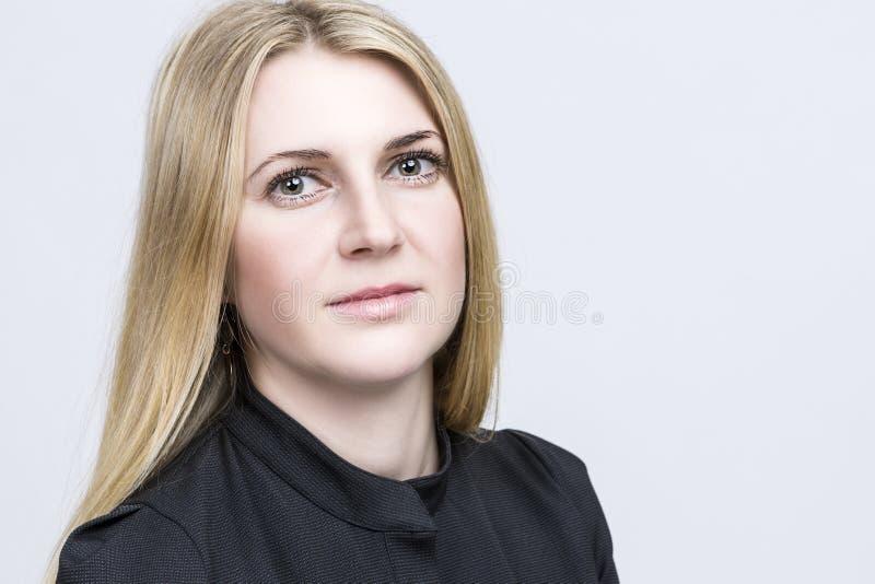 Portret Ładna Uśmiechnięta Szczęśliwa Blond kobieta Kaukaski pojawienie zdjęcia royalty free
