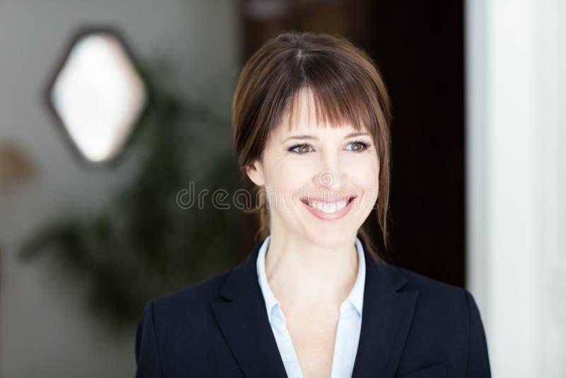 Portret Ładny bizneswoman Patrzeje Daleko od obrazy royalty free
