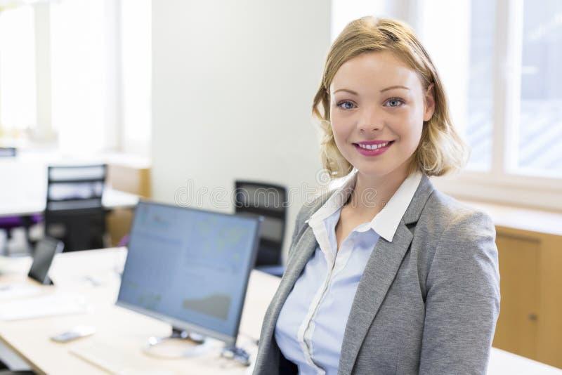 Portret ładny bizneswoman w nowożytnym biurze zdjęcie royalty free
