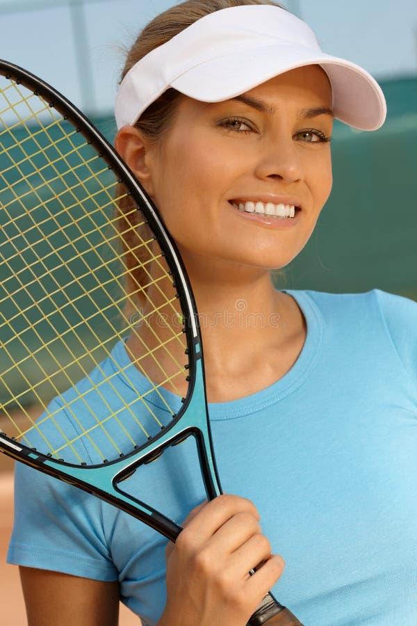 Portret ładny gracz w tenisa ono uśmiecha się fotografia stock
